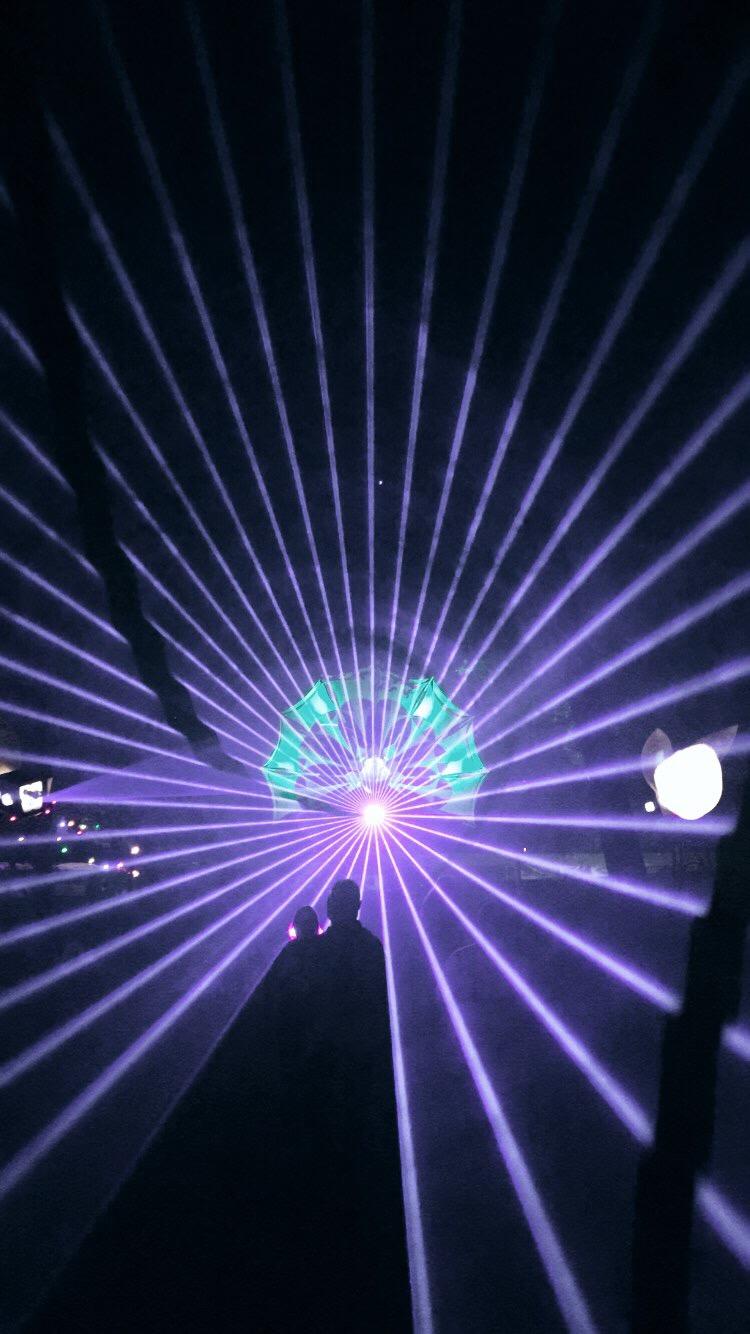 Laserlicht met mensen op de voorgrond.