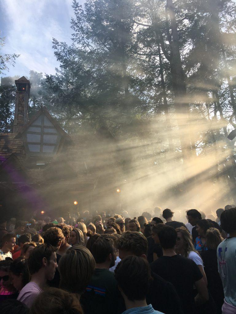 Mensen die aan het dansen zijn op techno muziek op festival Into The Woods.